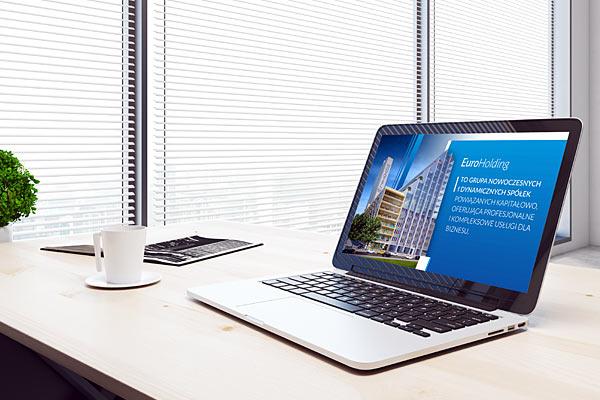 Ekran laptopa z prezentacją multimedilaną